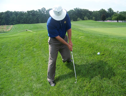 球技-果岭边上坡球位切球重心外侧脚不需要收杆