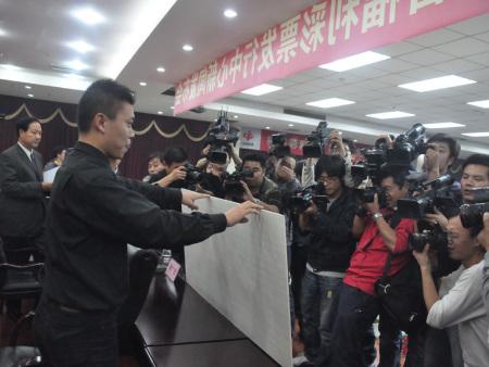 河南福彩中心公布人员向媒体展示巨奖彩票(新浪网独家图片)