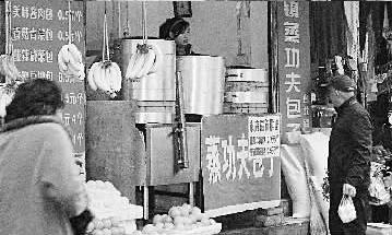 杨先生说包子店门前是最有可能丢失彩票的地方。记者石―实习生柳鹏摄