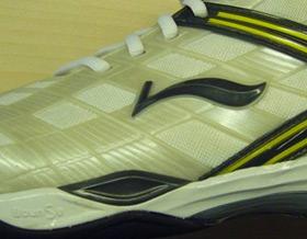 鞋面使用创新的TPU射出工艺
