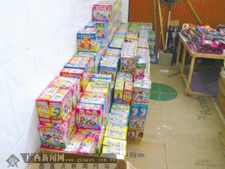 天等县城一玩具批发店里堆满了盒装刮刮卡。见习记者 徐冰摄