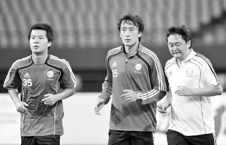 杜威在教练的陪同下慢跑,备战今天与巴林在南宁的热身赛。