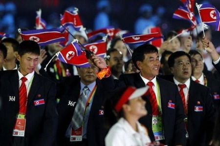 朝鲜代表团伴随着欢呼声,步入体育场