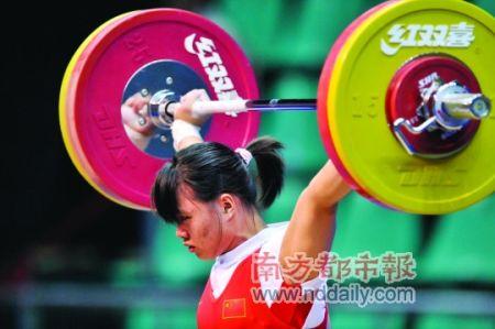 昨晚,女子举重63公斤级季军为广州妹陈爱婵。