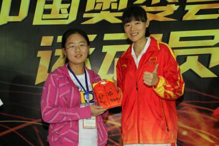 中国女子跆拳道亚运会冠军罗微出席安踏活动现场赠送签名纪念品