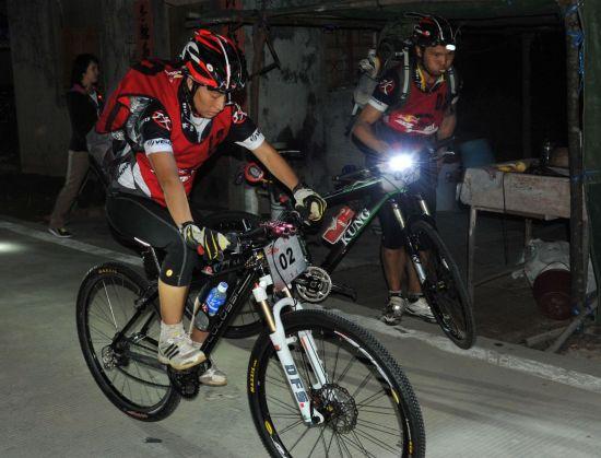 李季夜间骑山地自行车