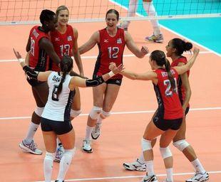 美国女排3-2力克巴西庆祝获胜