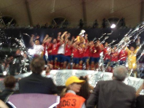 比利亚用手机拍的队友们领奖照片