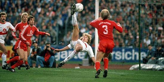 1987年的11月14日,克林斯曼在德甲打进绝世倒钩