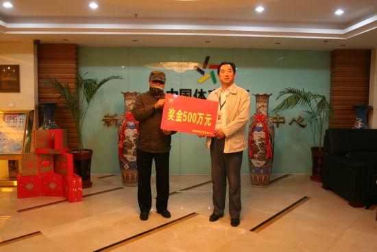 李先生虽然进行了遮挡,但这样的程度,仍可以让熟人认出来。
