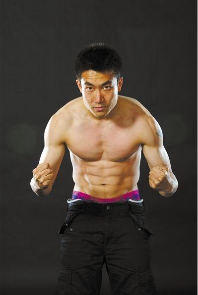 肌肉龙 作为职业球员,王晓龙拍写真时秀肌肉。图/CFP