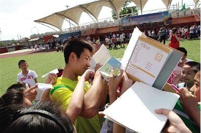 阳光龙 走进校园,王晓龙签名签到手软。图/Osports