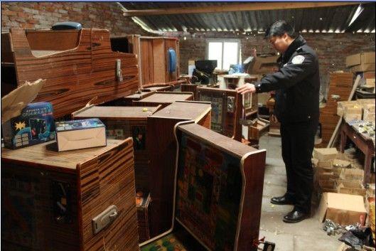 图为简陋的仓库里存放了大量还未投放到门店中的赌博机。