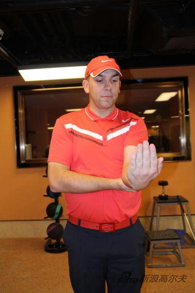 图3、右手托住左手肘,左手保持正常握杆姿势 图3、右手托住左手肘,左手保持正常握杆姿势