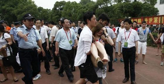 小贝访同济引发踩踏事件 女球迷受伤