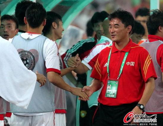 傅博感谢球员与队员们一一握手