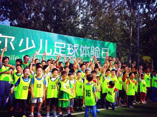 北京国安携手汤姆・拜尔举办少儿足球体验日活动
