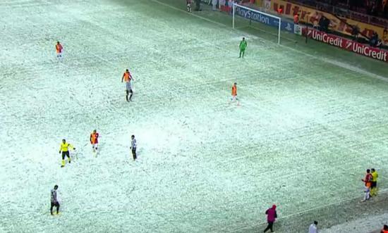 球员在大雪冰雹天气中比赛