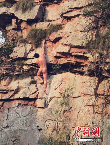亚洲蜘蛛人裸攀草泥马峰。