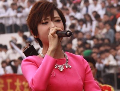 视频实录-加油中国全民足球赛开幕式 洪辰李斯丹妮献唱