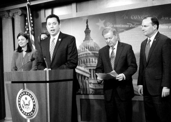 杰森・查费特斯及其支持者在美国国会新闻发布会上。