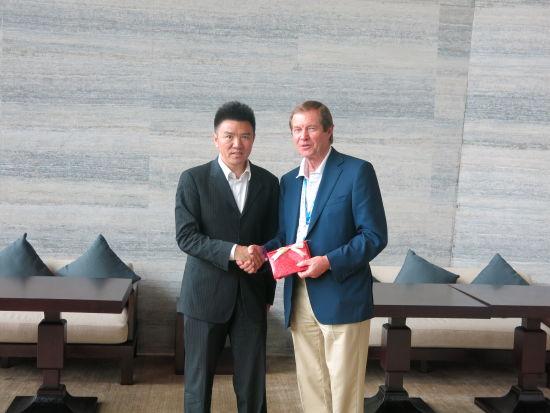 IMG亚太区副主席&大中华区主席兼CEO朱亚当(左)欧巡赛主席欧格雷迪(右)
