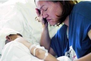 母亲看着小兴,默默流下眼泪