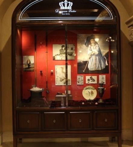 在九龙湖国王酒店高尔夫博物馆的精致展柜里,陈列着高尔夫球演变史上的代表性物品