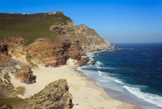 """迪亚士海滩,开普角,南非   这座狂野的南非海角曾被1488年造访此地的探险家巴尔托洛梅乌・迪亚士誉为""""风暴之角"""",而隐秘的迪亚士海滩就藏身在其中的海湾里。如今海滩位于开普角自然保护区内,游人可通过一条景观步道抵达海岸,而在这里汹涌的巨浪中下海游泳则是十分危险的举动。"""