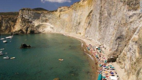 基艾亚迪月神湾,意大利   位于意大利蓬扎岛上的基艾亚迪月神湾三面被笔直的峭壁所包围。