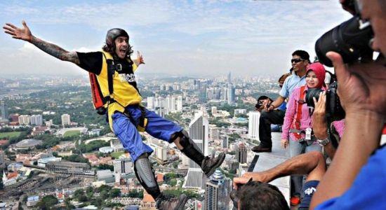 杜格斯的疯狂举动吸引大量旅客拍照
