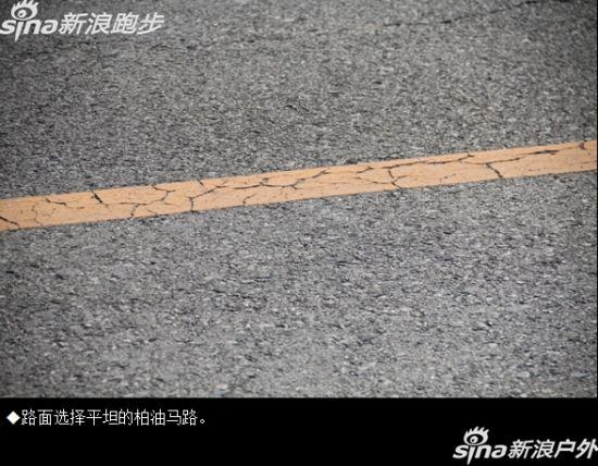 平坦的柏油马路路面。