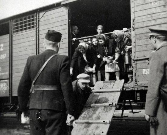 """摄影师实拍匈牙利""""火车墓地""""及运囚车。"""