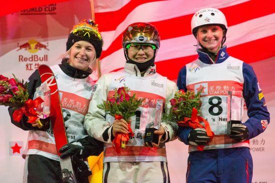 2014年12月20日鸟巢自由式滑雪空中技巧世界杯女子组颁奖仪式,冠军中国运动员徐梦桃,亚军澳大利亚运动员丹妮尔・斯科特(Dannielle Scott),季军美国选手凯利・麦金农(Kiley McKinnon)