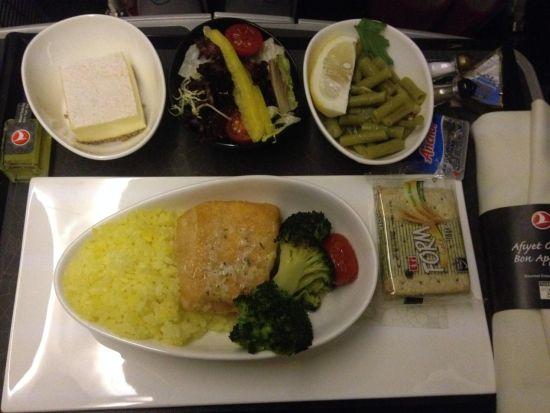 (土耳其航空上的美味餐食:蛋糕、沙拉、凉菜、奶酪、三文鱼饭、饼干)