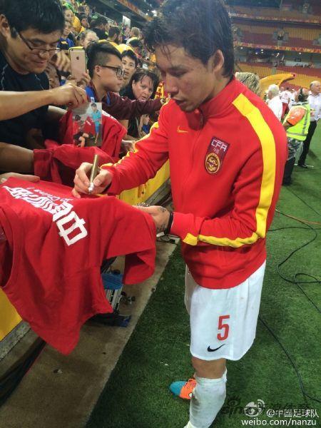 张琳�M给球迷们签名