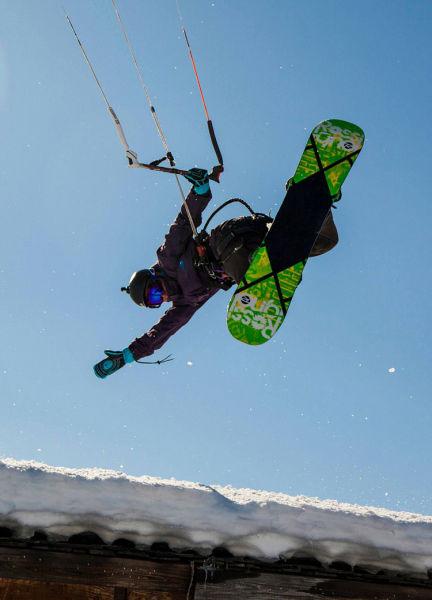 美国男子挑战风筝滑雪 百米高空表演绝技