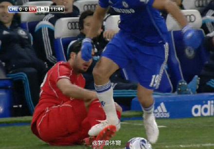 科斯塔在抢发界外球时踩到了詹的小腿
