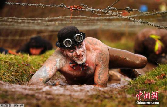 英国数千人参加硬汉比赛,赴汤蹈火挑战极限。