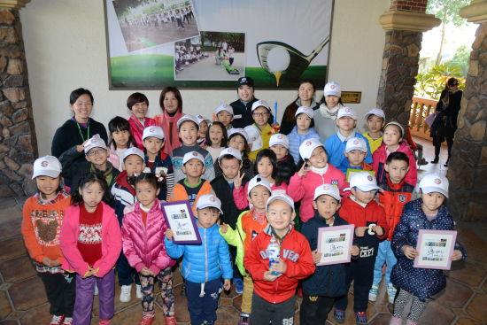 参加校园高尔夫免费推广计划的小朋友们
