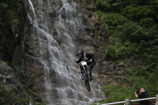 新西兰运动员詹姆斯・麦康纳基在空中做出高难动作。