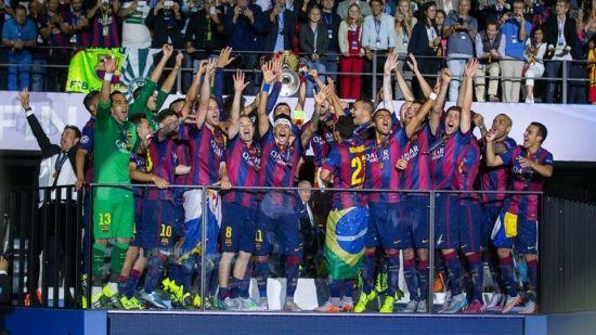 三冠王!巴萨队员激情庆祝欧冠捧杯
