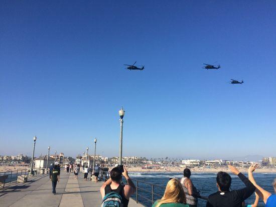 长桥上巡航直升机呼啸而过。