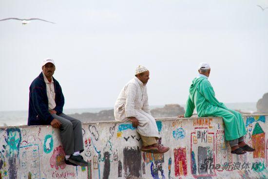 在海边休憩的穆斯林