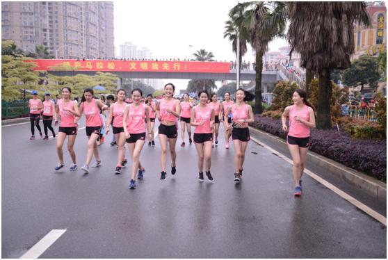 厦门女子半马真跑者靓丽前行 粉红色刷晴海沧赛道