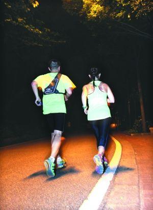 夜跑的时候,最好结伴上路,而且要穿有反光带的装备。