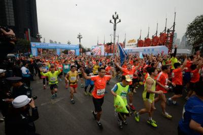 重庆马拉松点燃山城热情 跑者挑战自我刷新PB