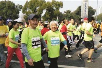 老夫妻48分钟跑完4.5公里迷你马拉松