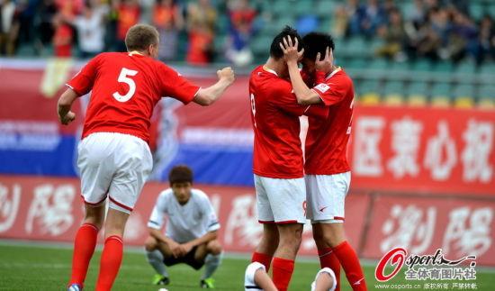 赢球后的湘涛队员尽情拥抱庆祝