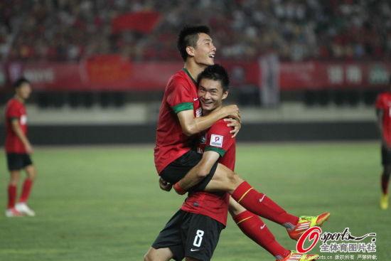 进球后的李磊与队友激情相拥